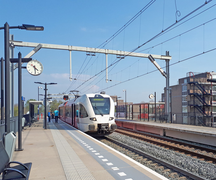Een trein van Qbuzz op station Stadspolders in Dordrecht.