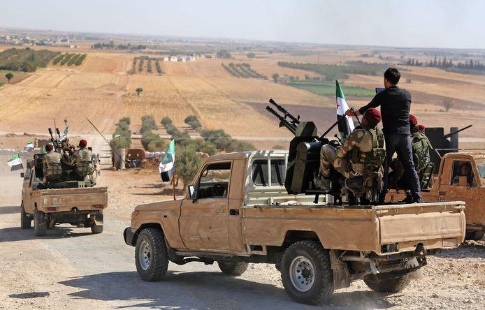 Ook door Turkije gesteunde Syrische rebellen zijn op weg naar het grensgebied.