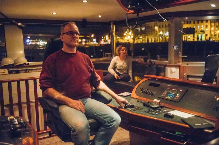 Schipper Rein Schut, op de achtergrond zijn vrouw Fiona. Beeld Marcel Wogram