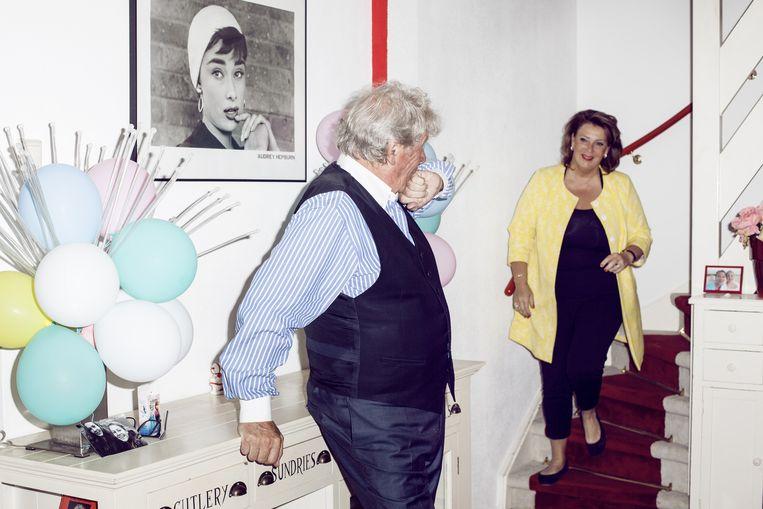 Willibrord Frequin, met partner Gesina Lodewijkx in hun huis in Laren: `Gister nog zegt een man op straat tegen mij: `U bent een held voor mij.¿ Zo is het ook. Ik streed voor de medemensen. Gggodverdomme.` Beeld Linda Stulic