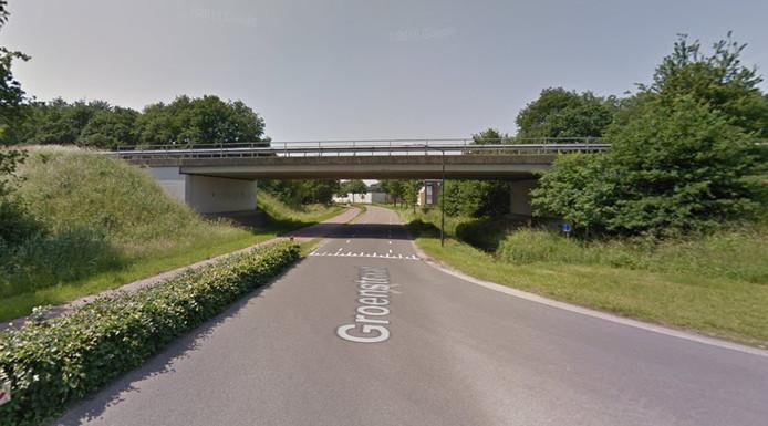Het betreffende viaduct over de Groenstraat. Voor de muurschildering wordt het linker oppervlak onder het viaduct gebruikt, met uitlopers naar de buitenzijde. Er wordt acrylverf gebruikt.