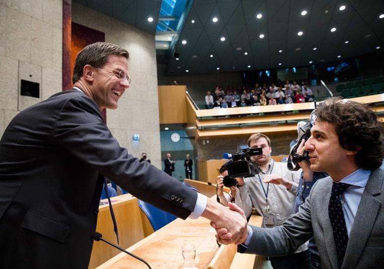 GroenLinks-leider Jesse Klaver begroet voor aanvang van het debat premier Mark Rutte in de Tweede Kamer. Beeld ANP