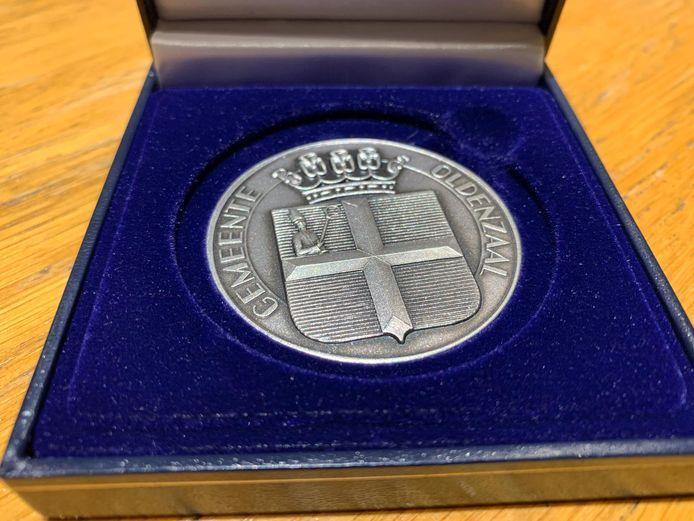 De zilveren erepenning van de stad Oldenzaal werd zaterdag tijdens de receptie in het stadhuis door burgemeester Patrick Welman uitgereikt aan de jubilerende OCV De Kadolstermennekes.