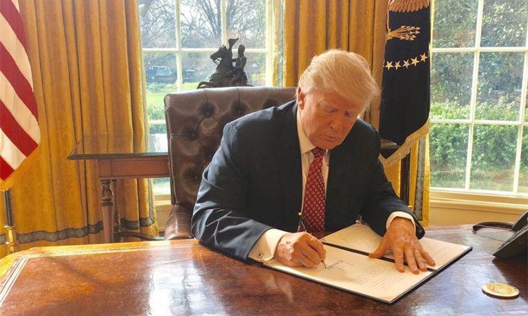 Trump aan het werk in the Oval Office
