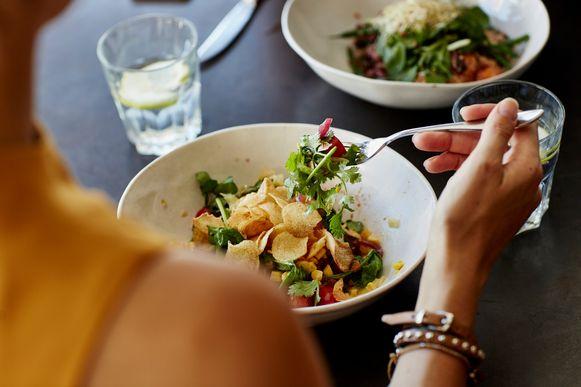 Een slaatje eten aan een tafeltje van een brasserie: mogelijk is het vanaf 8 juni zover.