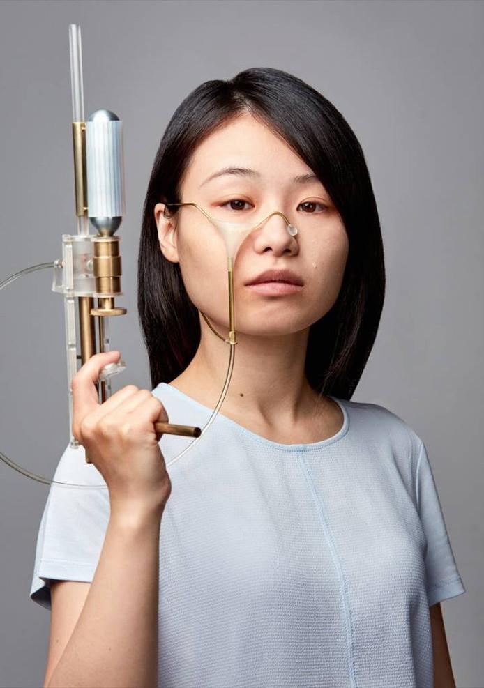 Yi Fei Chen laat onder meer haar Teargun zien