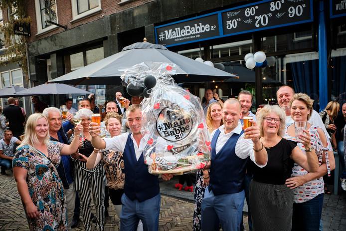 Chris Bosveld en Martin de Vreugd, met familie en vrienden voor Malle Babbe.