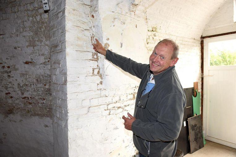 Eigenaar Julian Still toont de afbrokkelende muren.