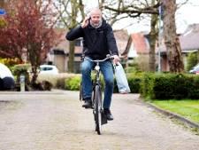 Fotograaf Dies fietst heel Woerden door om veiligheidsbrillen in te zamelen voor zijn vrouw