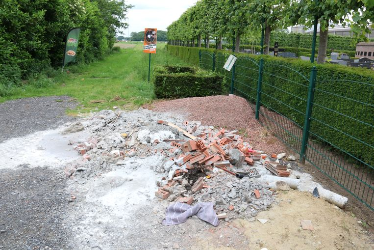 Een maand geleden werd dit steengruis aan de ingang gedumpt.