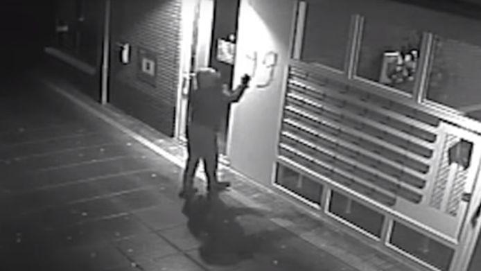 Het getal 99 werd in graffiti gespoten naast de brievenbussen vanop 13 januari  het appartementencomplex in Kerkdriel. Even later werd een granaat gegooid.