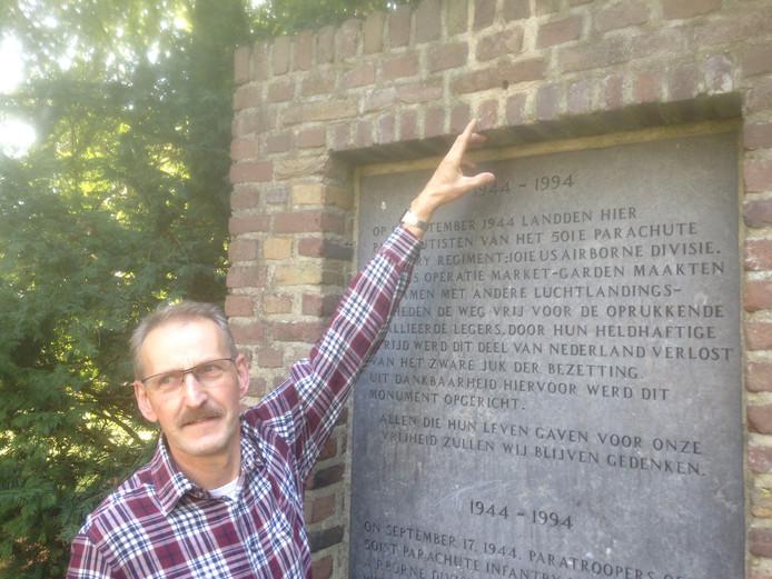 Hein van de Greef bij het monument waar de 'screaming eagle' vanaf gehaald is.