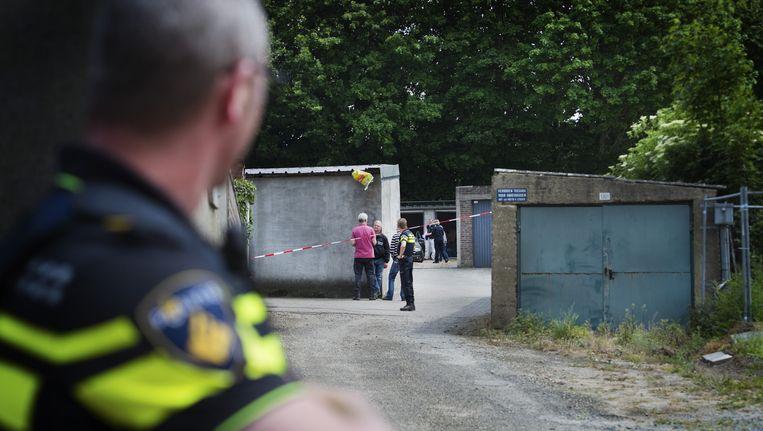 Politie onderzoekt een garagebox tijdens een grootschalige actie eerder dit jaar. Beeld anp