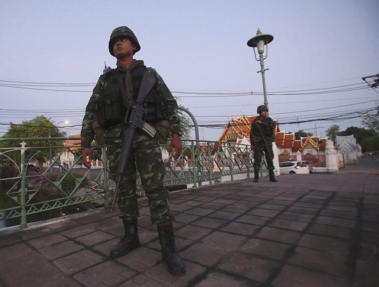 Thaise soldaten houden de wacht bij de marmeren tempel in Bangkok, een belangrijke toeristische attractie.