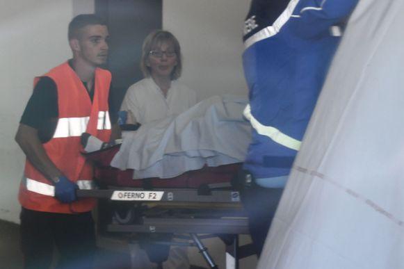 Chris Froome wordt op een brancard afgevoerd.