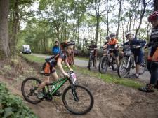 Quinten (8) kent geen angst bij mountainbike-clinic in Oldenzaal