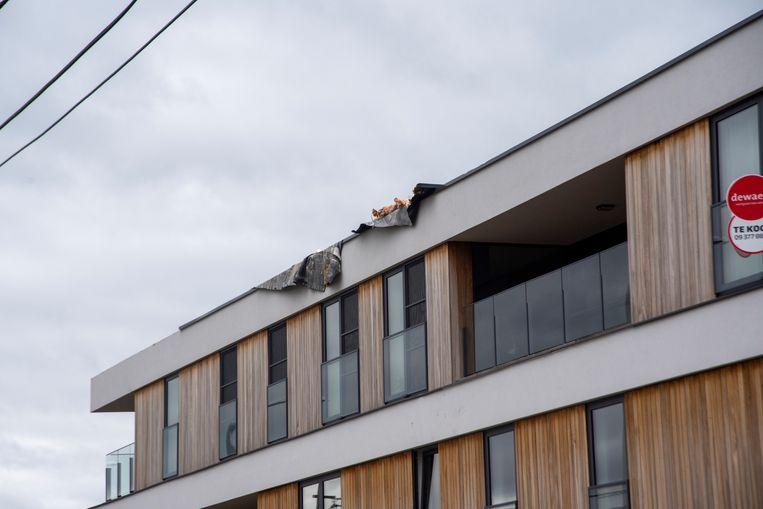 In Waarschoot (Lievegem) waaide een deel van het dak van een appartementsgebouw weg.