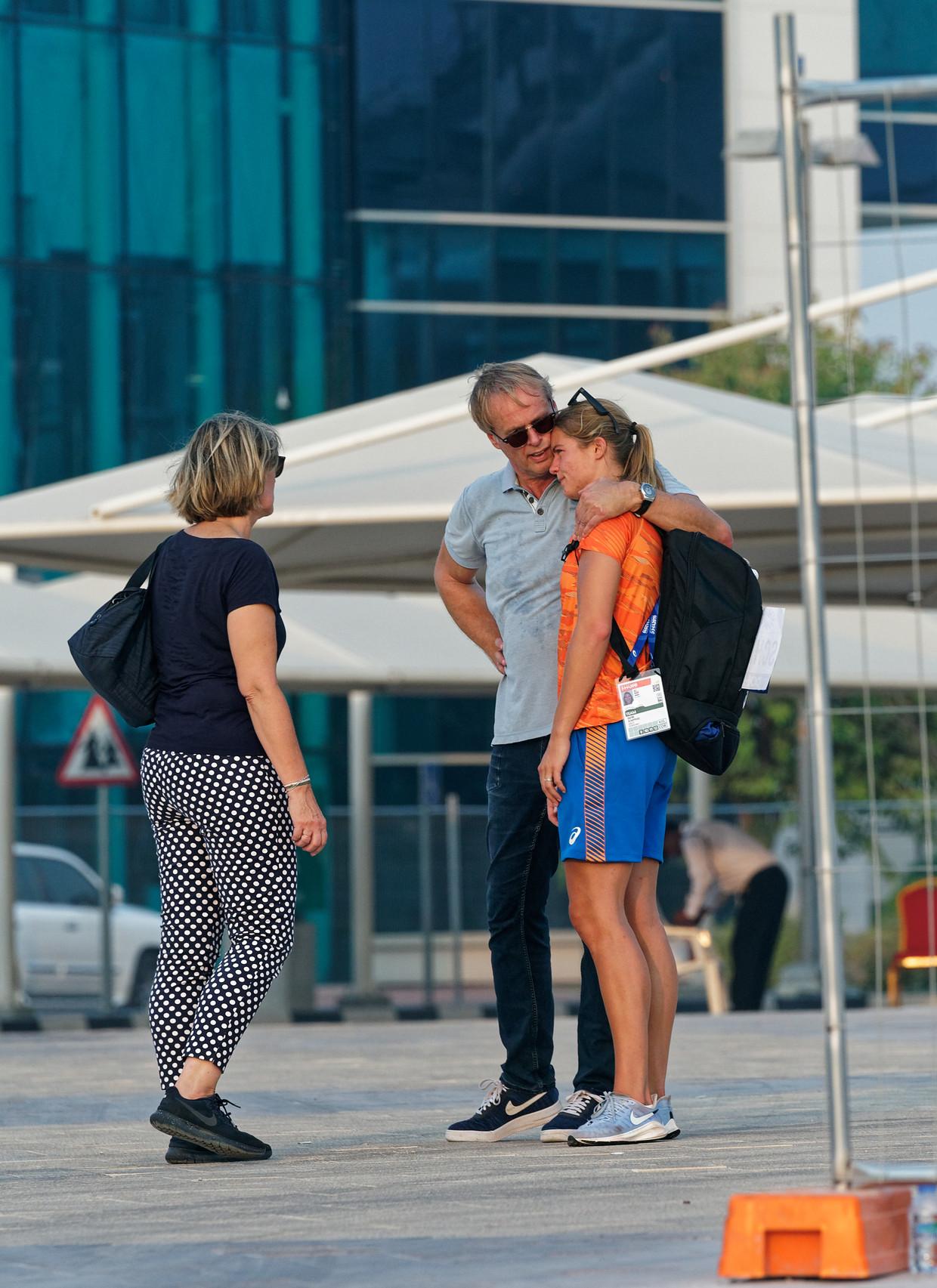 Dafne Schippers wordt getroost door haar ouders nadat ze heeft besloten niet in actie te komen op de 200 meter.