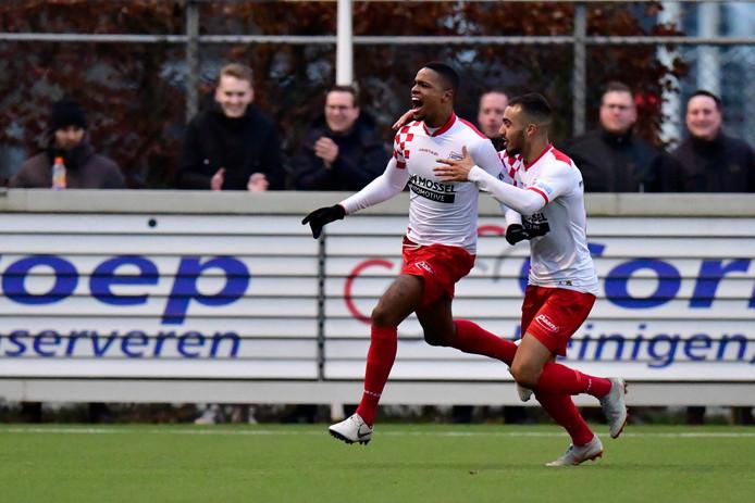 Charlton Vicento schreeuwt het uit na zijn winnende goal.