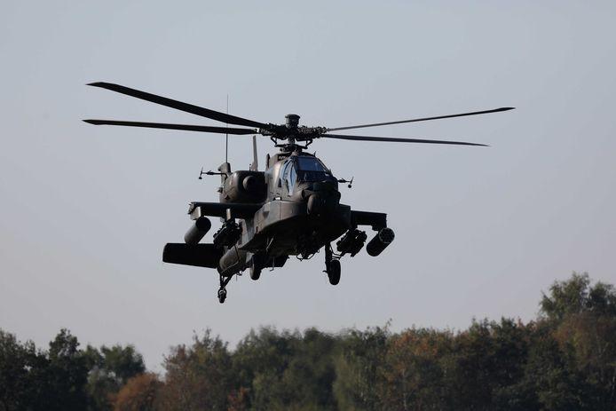 Een Apache helikopter vliegt boven vliegbasis Gilze-Rijen.