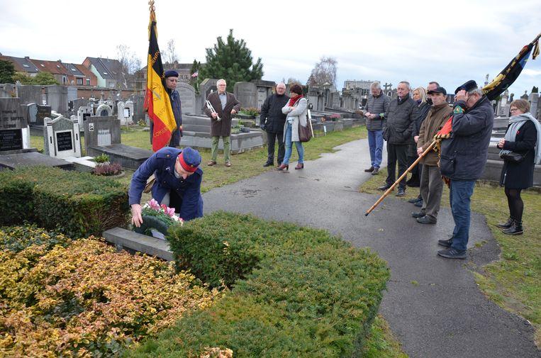 Chris Schalckens legt de bloemen neer bij het monument voor de gesneuvelden van WO I op de begraafplaats in de Oude Bruglaan.