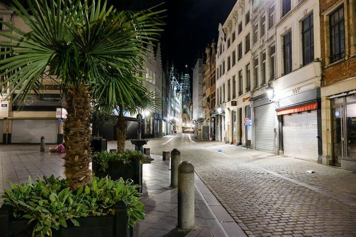 Bij in het ingaan van de avondklok verandert Brussel in een spookstad.