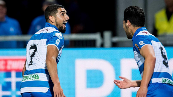 Youness Mokhtar (links) viert zijn goal tegen ADO.