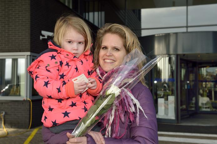 Vrijwilligers runnen niet alleen het SamenhuiS in Alphen, ze delen ook jaarlijks 'doorgeefrozen' uit.  Ontvangers kunnen die doorgeven aan bekenden die de gevreesde ziekte hebben (of aan hun familieleden). Sandra Blijenberg (rechts) kreeg er in 2017 eentje.