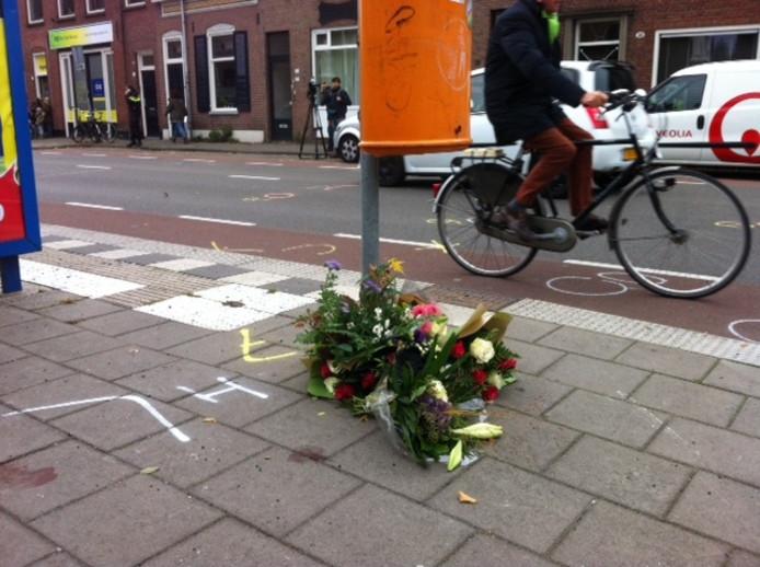 Op de plek waar het ongeluk gebeurde, worden bloemen gelegd.
