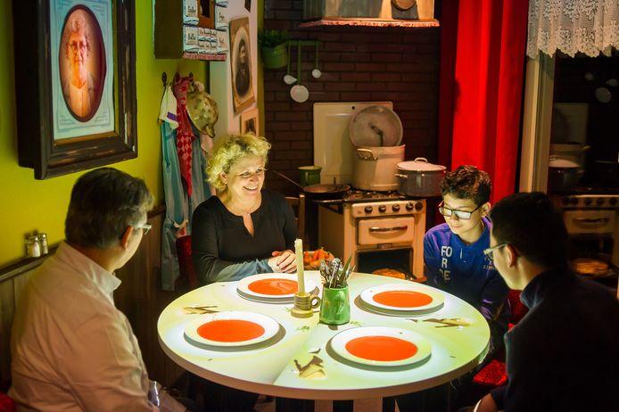 De familie Leander geniet van de animaties bij Timmy's Eethuys in Raamsdonksveer. foto Else Loof/Pix4Profs