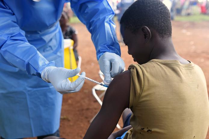 Een jongen in Congo, die in contact is geweest met een besmet persoon, wordt gevaccineerd.
