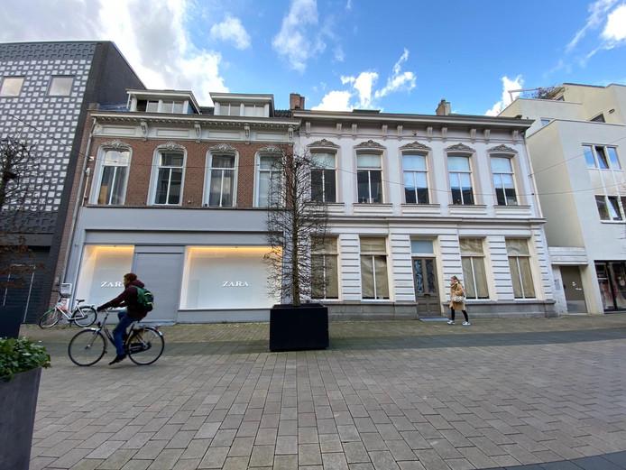 Vroeger een winkel en een horecazaak, nu de opslag van Zara.