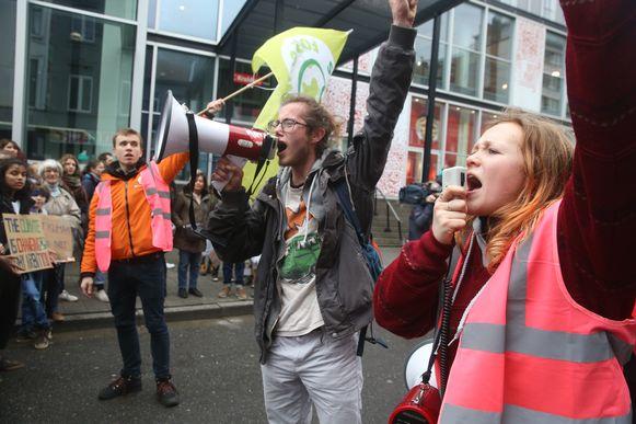 Yuni Mertens van Students for Climate en Hanna De Guytenaer liepen voorop in de optocht.