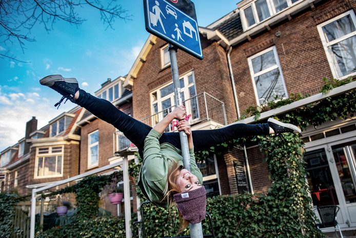 Floortje Anne Geurtjens doet aan 'urban' paaldansen.