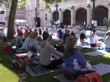 Yogini's vieren yogadag op Abdijplein in Middelburg