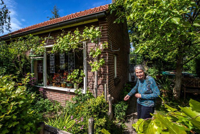 Liesbeth Peper (81) en haar trots: haar prachtig groene tuin. Het oude huisje aan de Olsterkampweg gaat in 2021 plaatsmaken voor nieuwbouw.