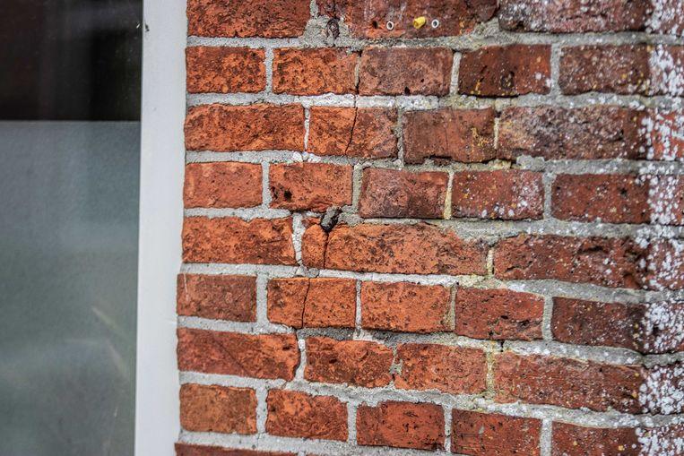 Een scheur in een woning in Westerwijtwerd. De aardbeving had een kracht van 3.4 op de schaal van Richter.