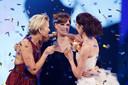 Nicky Opheij temidden van presentatrice Anouk Smulders (L) en medefinalist Sanne de Roo tijdens de finale van Hollands Next Top Model.