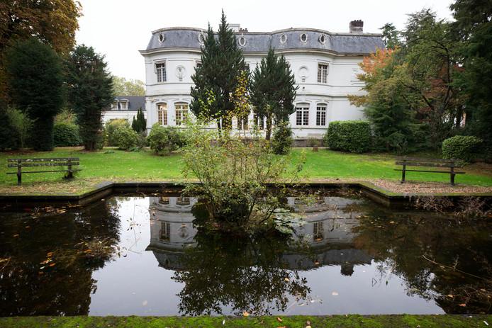Villa Trianon aan de Baronielaan wordt verbouwd. Er wordt aan de achterkant een appartementengebouw bijgebouwd.