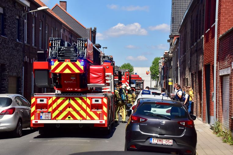 Tijdens de brand was er geen doorkomen meer aan in de Camiel Ameyestraat in Izegem.