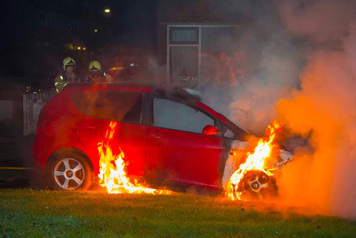 De auto in vlammen