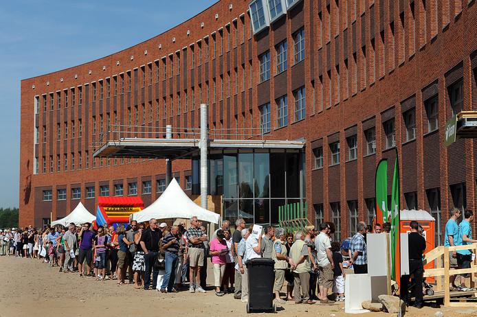 Veel belangstellenden voor de open dag in 2010 van het nieuwe Maasziekenhuis in aanbouw.