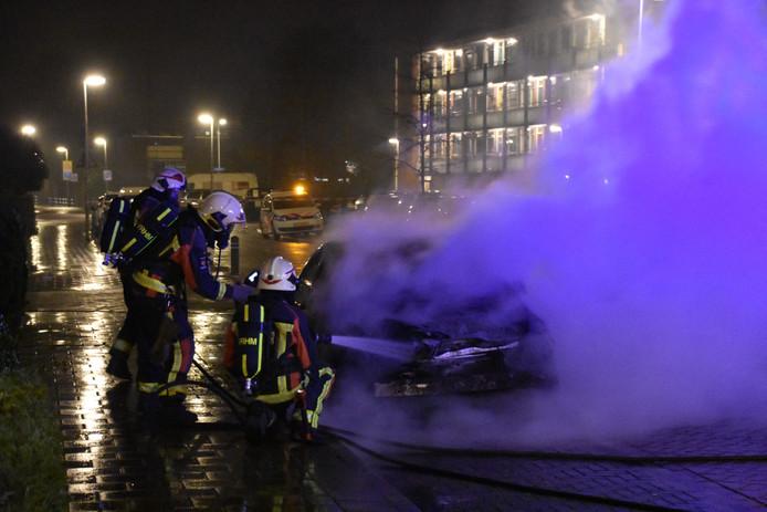 De brandweer blust een autobrand aan de Vondellaan in Waddinxveen.