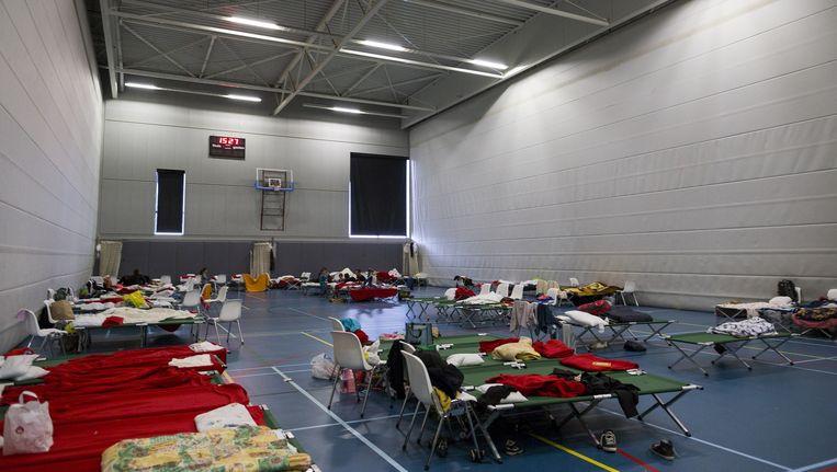 In deze sporthal in Oost werden vluchtelingen eerder dit jaar opgevangen. Beeld Rink Hof
