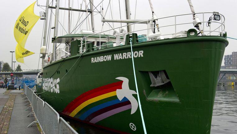 De Rainbow Warrior van Greenpeace in oktober aan de Javakade in Amsterdam. © ANP Beeld null
