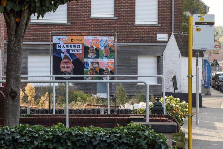 De affiches van Roel Deseyn en enkele medekandidaten hangen ondersteboven.