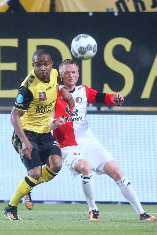 Roda JC Kerkrade speler Mikhail Rosheuvel in duel met Feyenoord speler Sam Larsson