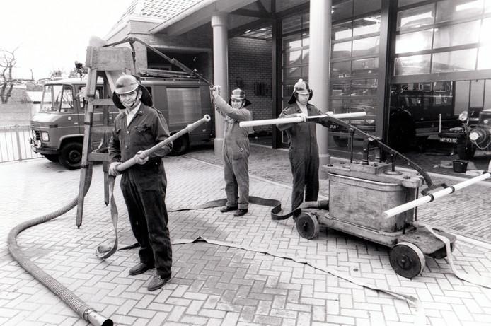 Brandweerlui oefenen op 28 maart 1980 bij de nieuwe kazerne bij het gemeentehuis in Heeze.