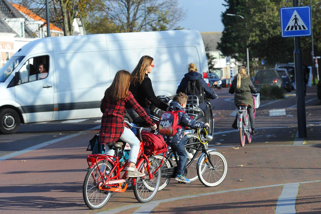 Verkeersverwarring op de twee gekoppelde, gelijkwaardige T-kruisingen Lekstraat-Stemerdinglaan-Oranjeplein in Oost-Souburg.