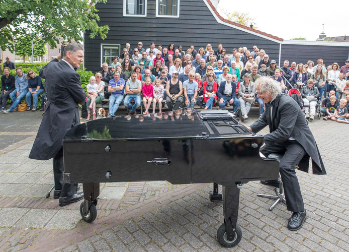 Het duo Stenzel en Kivits in actie tijdens de straattheatermiddag in Ovezande.